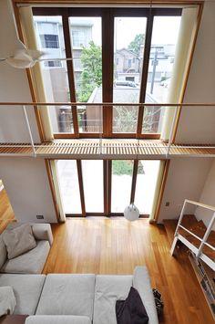 2階からリビングを見下ろす。 Minimalist House Design, Minimalist Home, Muji Home, Tiny Loft, Earthy Home Decor, Loft House, Japanese Interior, Japanese House, Home Furnishings
