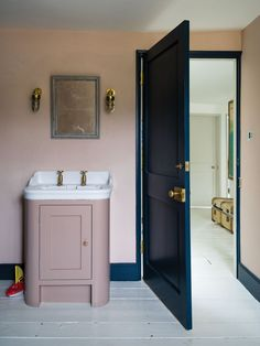 Colour crush: Decorating with navy – Sophie Robinson - Bathroom Ideas Farrow Ball, Bad Inspiration, Bathroom Inspiration, Home Design, Design Ideas, Dix Blue, Farrow And Ball Bedroom, Free Wallpaper Samples, Wimborne White