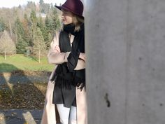 look, style, fashion, fashionblog, outfit, camel coat, hat, ripped jeans, boots, scarf, red bag
