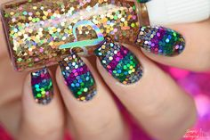 'V'-shaped loose glitter placement nails by simplynailogical