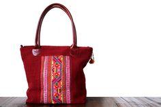 Original et hors du commun ce sac de fille en toile de chanvre rouge avec un sublime empiècement de