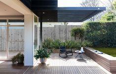 Twin Peaks by Benn + Penna sees the expansion of a modest Californian bungalow in Sydney through a renewed contemporary vernacular architectural addition. Architecture Design, Australian Architecture, Architecture Awards, Japanese Architecture, Australian Homes, Twin Peaks, Cedar Cladding, California Bungalow, Clerestory Windows