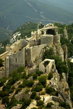 Peyrepertuse ist mit einer Gesamtfläche von 7000 m² die größte französische Festungsanlage der Katharer. Sie befindet sich auf einem Felsen in 800 m Höhe in der Region Languedoc-Roussillon. Zu Füßen des Berges, auf dem die Festung erbaut ist, am Südhang, liegt Duilhac-sous-Peyrepertuse. Unterhalb des Nordhangs, auf der gegenüberliegenden Seite des Berges, befindet sich die Gemeinde Rouffiac-des-Corbières. Von dort hat man ein beeindruckendes Panorama auf die Burg.  Der untere Teil der…