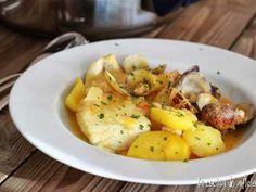 Guiso de patatas con bacalao. Una receta popular y tradicional de la comida española muy típica de Semana Santa.