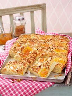 Butterkuchen schmeckt am besten hausgemacht - lauwarm und frisch aus dem Ofen. Ein samtiges Butterkuchen Rezept plus Step-by-Step Anleitung.