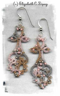Aretes largos tonos claros de Frivolite.  Earings Elizabeth's Lace: September 2007 #chiacchierino #tatting #frivolite
