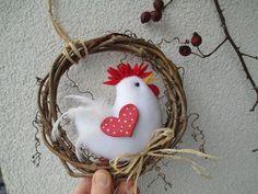 věneček s kohoutkem / Zboží prodejce Jalis Felt Crafts Diy, Easter Crafts, Fabric Crafts, Christmas Sewing, Christmas Crafts, Hobbies And Crafts, Arts And Crafts, Chicken Crafts, Diy Christmas Decorations Easy