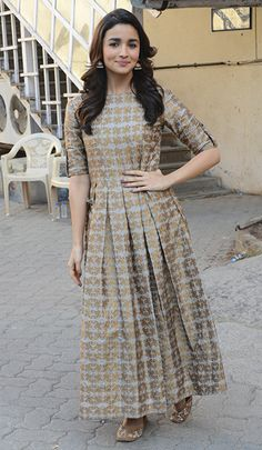 Alia Bhatt always keeps her looks so minimal and gosh it's always so elegant! She looks stunning in a indo-western maxi dress by Avni Bhuva, jhumkas and a pair of jootis. Source by dnavalani dress indian Indian Gowns Dresses, Indian Fashion Dresses, Dress Indian Style, Indian Designer Outfits, Pakistani Dresses, Indian Outfits, Designer Dresses, Frock Fashion, Designer Salwar Suits