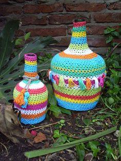 like the tassles Crochet Vase, Crochet Wool, Love Crochet, Crochet Gifts, Crochet Flowers, Crochet Stitches Patterns, Crochet Designs, Crochet Jar Covers, Crochet Coffee Cozy