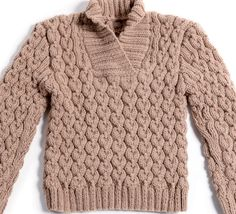 Un pull uni tricoté en point fantaisie et côtes 2/2 dans un fil classique et très doux composé à 25% de laine. Modèle au col châle parfait pour des instants plein air.