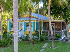 Little Everglades Home - A 900 square feet coastal home in Everglades City, Florida : smallhouseswoon Beach Cottage Style, Coastal Cottage, Coastal Homes, Cottage Homes, Beach House Decor, Coastal Decor, Coastal Living, Home Decor, Surf Shack