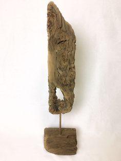Treibholz Skulptur Frerk Treibholz Kunst von der Insel Norderney.  Ein seltener Fund, denn diese außergewöhnliche Treibholz Skulptur Frerk hat eine weite Reise hinter sich und war ein Fund in den Dünen von Norderney. Das Tropenholz bzw. Schwemmholz wirkt durch seine dunkle Farbe sehr edel und außergewöhnlich, hat eine tolle Maserung uns ist einfach eine wahre Treibholzkunst.  Entscheiden Sie sich für ein Stück echte Natur von der Insel Norderney.  Größe: H 64cm / B 12cm Preis: 159,00 Euro