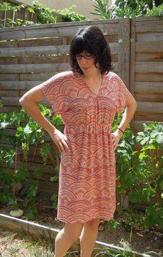 J'avais une idée de robe en tête alors je me suis lancée, comme ça, sans patron. Une robe taillée dans un grand rectangle de tissu, élastiquée à la taille et avec un minimum de couture. Je ...
