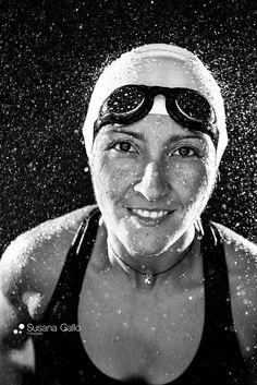 Mujer nadar fotografia