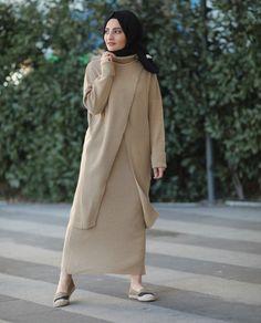 Junger Hijab – D. İpek Çalıcı – Join the world of pin Arab Fashion, Muslim Fashion, Modest Fashion, Skirt Fashion, Modest Wear, Modest Outfits, Chic Outfits, Hijab Style, Hijab Chic