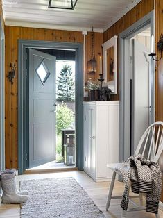 decordemon: A Swedish house in wonderful colors Informations About decordemon: A Swedish cottage in Scandinavian Cottage, Swedish Cottage, Swedish Decor, Swedish House, Cottage Style, Mountain Cottage, Lake Cottage, Cottage Homes, Summer Cabins