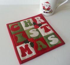 FESTIVE CHRISTMAS Mug Rug  Mini Quilt PATTERN Christmas Mug Rugs, Christmas Sewing, Christmas Makes, Christmas Crafts, Christmas Cushions, Christmas Quilting, Xmas, Mini Quilt Patterns, Mug Rug Patterns