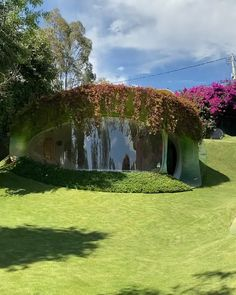 The 'Organic House' m²). Designed by Javier Senosiain A Located in Naucalpan de Juárez, Mexico. Videos by Caitlin Burke ( IG). Architecture Résidentielle, Organic Architecture, Amazing Architecture, Maison Earthship, Earthship Home, Silo House, Mud House, Architecture Organique, Underground Homes