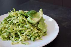 Spidskålssalat med pesto, basilikum og avocado
