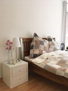 Ein Sehr Hübsch Eingerichtetes Schlafzimmer! Die Wohnaccessoires Auf Dem  Nachttisch Verwandeln Den Raum: Ein