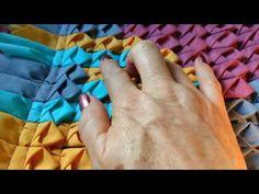 Tapete bem vindo decorado de biquinhos - YouTube Recycled Rugs, Recycled Fabric, Purple Quilts, Make Blanket, Diy Braids, Fabric Rug, Floor Rugs, Handmade Rugs, Textile Design