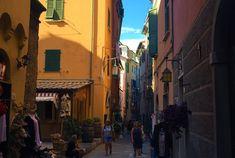 Der Weg durch die Cinque Terre, durch die fünf Dörfer, verläuft von Punta Mesco nach Punta di Montenero und erstreckt sich durch einen geschützten Nationalpark. Von Norden nach Süden reihen sich die Dörfer Monterosso al Mare, Vernazza, Corniglia, Manarola und Riomaggiore längs des Küstenstreifens auf. Hier kann man Rast machen, durch Gassen und Nebenstraßen laufen, in Cafés sitzen und andere Leute beobachten, sich im Meer abkühlen, plantschen und baden. Riomaggiore, Cinque Terre, Getting To Know, Tourism, National Forest, Italy