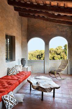 terraza - AD España, © Mark G. Peters  Mesa de madera y jarrón de cerámica española del XIX, en Serge Castella, balancín de jardín, en Miquel Alzueta, y cojines de The Rug Company, en BSB.
