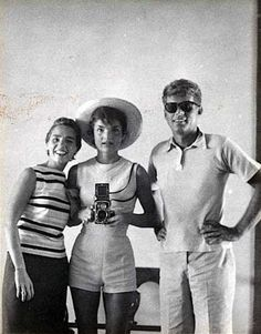 Jackie Kennedy, Ethel Kennedy e John F. Kennedy - 1954  SELFIE por Jackie Kennedy