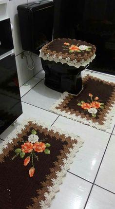 tapete de crochê  marrom e bege Crochet Quilt, Crochet Home, Free Crochet, Crochet Flower Patterns, Crochet Flowers, Diy And Crafts, Arts And Crafts, Cross Stitch Rose, Crochet Projects