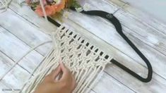 Tutorial passo a passo Learn how to step . Tutorial passo a passo Learn how to make macrame for the interior step by - Macrame Design, Macrame Art, Macrame Projects, Micro Macrame, Macrame Jewelry, Macrame Wall Hanging Patterns, Macrame Patterns, Macrame Curtain, Step By Step Instructions