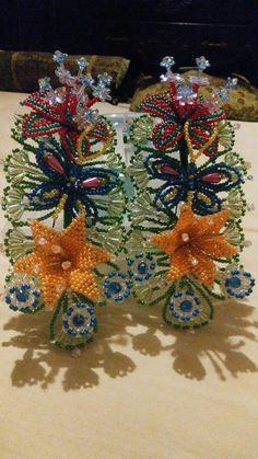 Tapamoños French Beaded Flowers, Beads And Wire, Panama, Headpiece, Christmas Wreaths, Swarovski, Projects To Try, Jewelry Making, Gift Wrapping