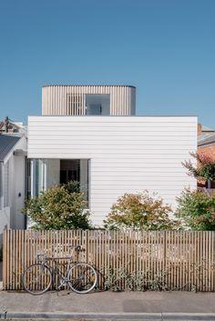 South Melbourne Beach House by Topology Studio. Coastal Farmhouse, Modern Coastal, Coastal Cottage, Coastal Homes, Coastal Decor, Coastal Nursery, Coastal Curtains, Coastal Industrial, Coastal Entryway