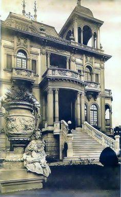 A frente do palacete rico em detalhes e obras de arte.