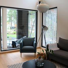Pihla Kiinteä -ikkuna tuo olohuoneeseen valoa. Kiinteän ikkunan sisäpuolen väreiksi on valittavana neljä eri vaihtoehtoa. Tutustu ikkunaan tarkemmin Pihlan Verkkokaupassa tai kysy suoraan asiantuntijalta, yhteystiedot osoitteessa www.pihla.fi