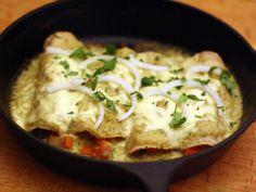 Deliciosas enchiladas suizas con pollo con queso crema.