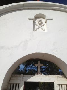 The skull and cross bones over the entrance to the cemetery at the Mission San Luis Ray de Francia in Oceanside, California. (Whitaker, 2014).