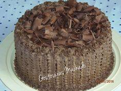 Bolo de chocolate com recheio de chocolate cobertura de chantilly e raspas de chocolate para aniversário masculino