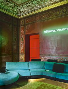 It is under the incredible ceilings and frescoes of a palatial apartment architect Antonio G. Martiniello articulates private and professional life, punctuated by his collection of contemporary art. Tour.