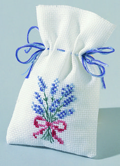 Petit sachet de lavande au point de croix Modern Cross Stitch, Cross Stitch Designs, Cross Stitch Patterns, Hand Embroidery, Cross Stitch Embroidery, Lavender Bags, Palestinian Embroidery, Bargello, Christmas Cross