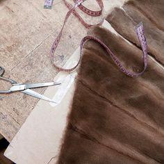 Este abrigo de visón rasado ya está listo para montar... ¡Artesanía al 100%! ✂️ ✂️ #peleteriagabriel #tallerdepeleteria #arreglosdepeleteria #fur #furcoat #minkfur #vison #mink #altapeleteria #zaragoza