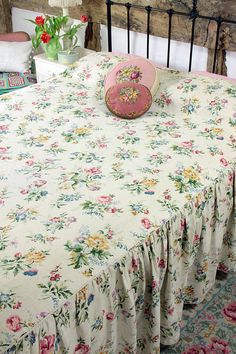 Vintage Home - Beautiful 1940s Floral Linen Bedspread.