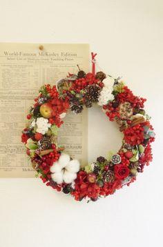 お花や実がたっぷりついた華やかで可愛らしいクリスマスリースに仕上げました。サイズ 高さ約25センチ花材 バラ、アジサイ、ペッパーベリー   イモーテル、コット...|ハンドメイド、手作り、手仕事品の通販・販売・購入ならCreema。