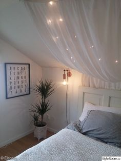 Hemma hos Elenora - Hemma hos Elenora - Lilly is Love Slanted Ceiling Bedroom, Slanted Walls, Bedroom Decor For Couples, Diy Bedroom Decor, Home Decor, Small Room Bedroom, Dream Bedroom, Kids Room Design, Bedroom Inspo