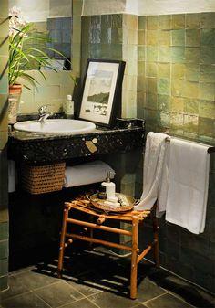 Groenige Marokkanse tegels - badkamer Vind de wasbak heel erg mooi omdat dat oudige naar boven laat komen en het wat meer karakter geeft