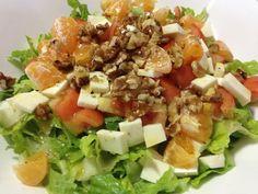 1 Lechuga Romana 2 Mandarinas 2 Tomate maduros pequeños 1/2 taza de nueces tostadas y picadas 1 taza de queso pecorino fresco