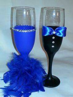 Bridesmaids and Groomsmen Hand Painted Champagne Flute. The price is for the set. Wedding Wine Glasses, Diy Wine Glasses, Decorated Wine Glasses, Painted Wine Glasses, Glitter Glasses, Glitter Wine, Champagne Glasses, Marie's Wedding, Wedding Cups