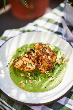Mustáros sült karfiol bazsalikomos zöldborsópürével   Street Kitchen Mediterranean Recipes, Salmon Burgers, Avocado Toast, Risotto, Recipies, Lime, Meals, Vegan, Vegetables