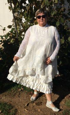 La-petite-mazanaise vous propose cette tunique en broderie ainsi que sa jupe à quatre volant, voici mon site : http://www.alittlemarket.com/robe/fr_tunique_blanc_casse_et_tres_legerement_transparente_-16544084.html