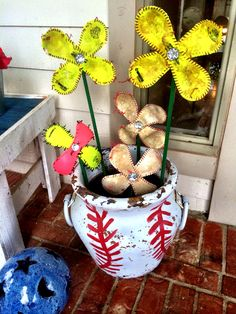 Baseball/softball flower pot. LOVE the color and fun this brings to our front porch. And it's especially fun in our baseball painted pot. ❤️⚾️❤️
