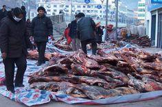 Tybet - targ mięsa w miasteczku we wsch. Tybecie
